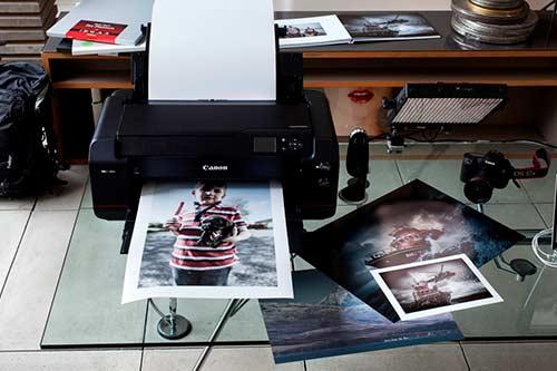 Ein schwarzer Canon Drucker druckt Fotos in hoher Qualität