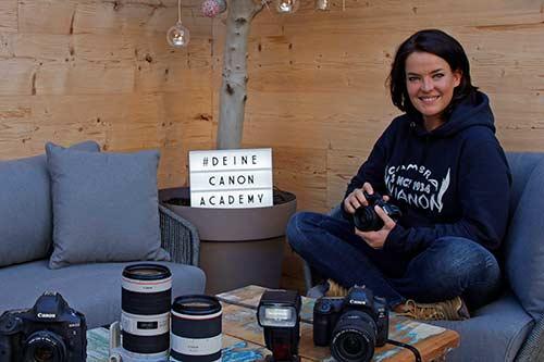 Petra Selbertinger beim Vorstellen von Canon Kameras und Zubehör