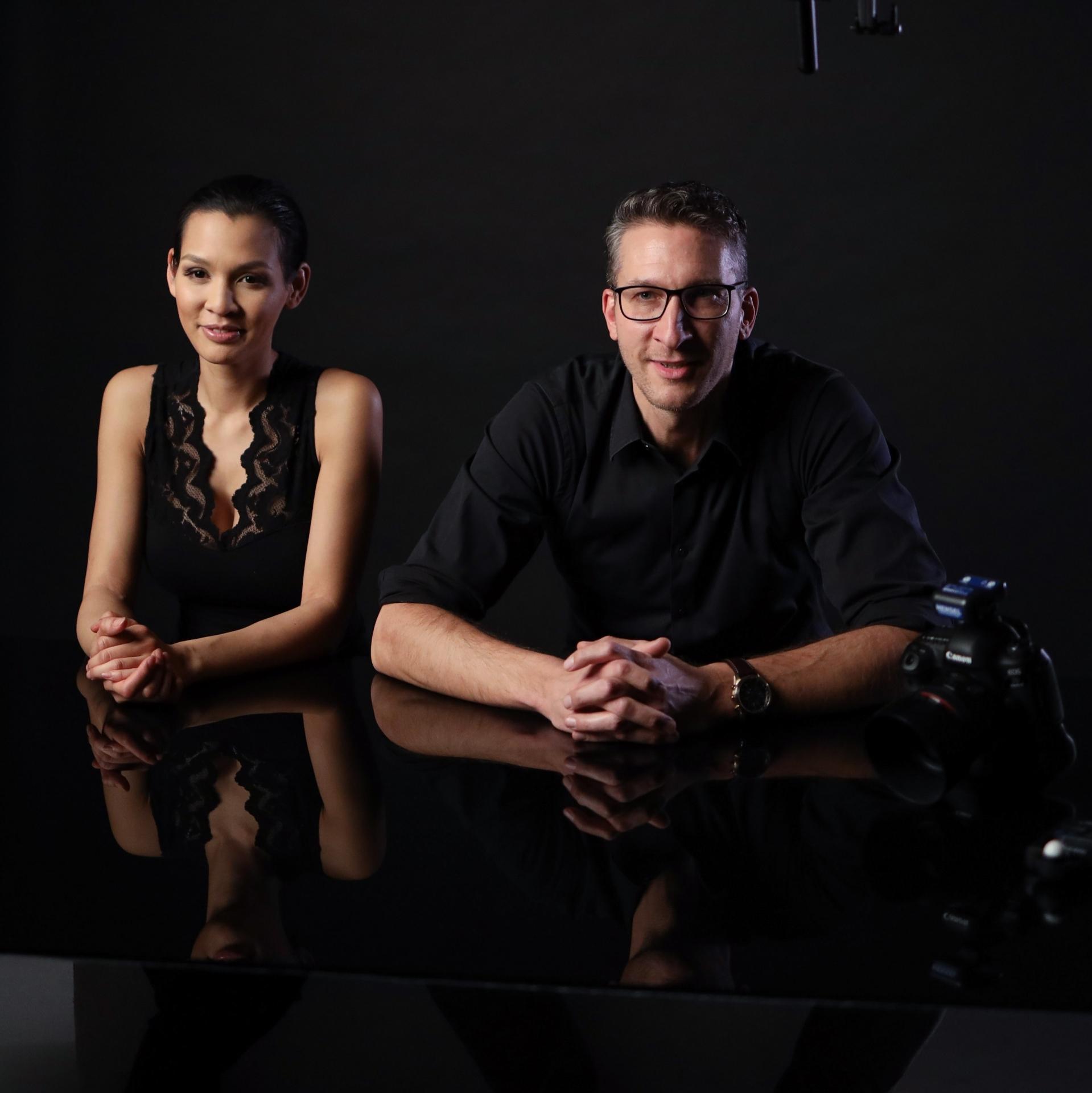 Sascha Hüttenhain und Modell Martina am Foto-Set für die Mehrfachbelichtung